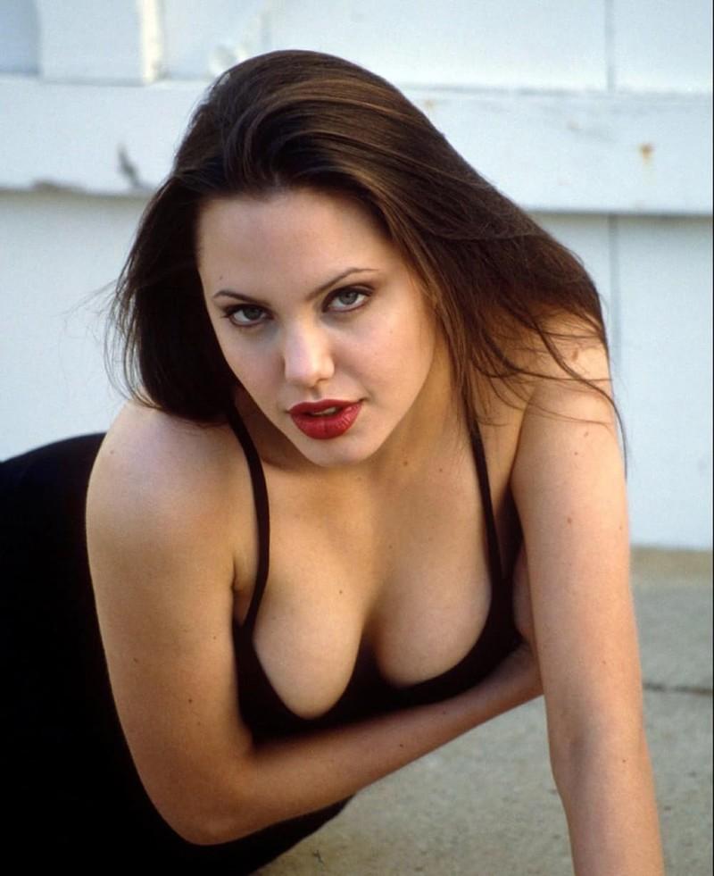 Момент, когда мисс Джоли только исполнилось девятнадцать лет, вы определенно можете увидеть на этом