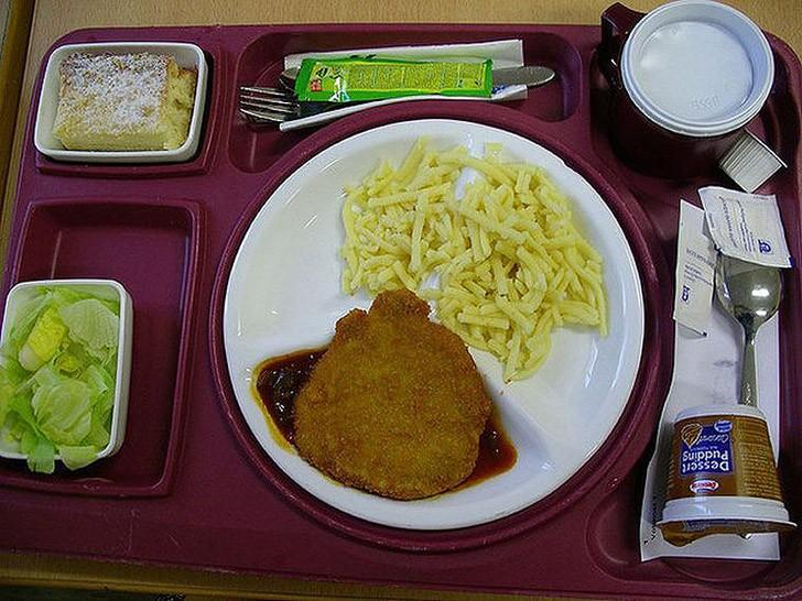 2. Германия: шницель, макароны, салат и пирог.
