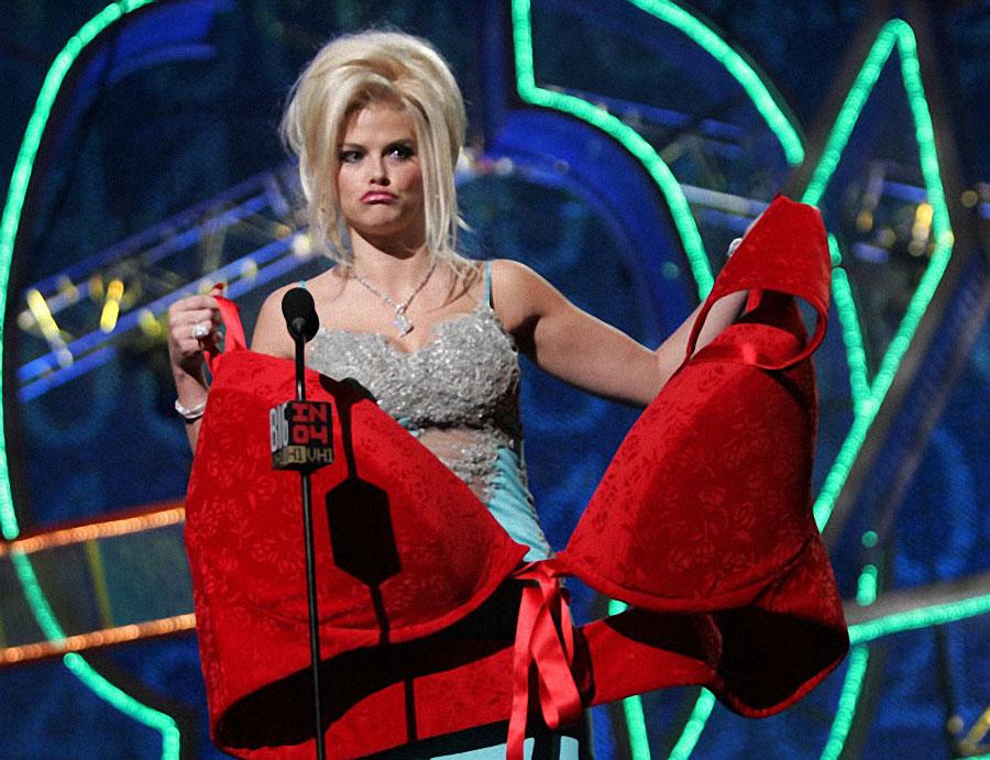Анна Николь Смит принимает награду в виде огромного бюстгальтера на церемонии VH1 Big в Лос-Анджелес