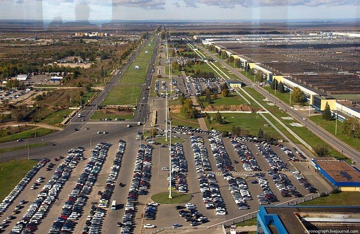 Завод огромен — он расположен на площади более 600 гектаров, площадь зданий предприятия составляет б