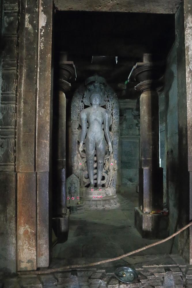 Фотография №13. Храмовый комплекс Halebeedu Basadi Digambar Jain Temples в индийском штате Карнатака. Алтарь Джайна. (Canon 17-40, 1/30, -1 eV, f 6.3, 17mm, ISO 10000).