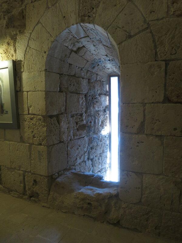 Бойница нижнего уровня башни (27)