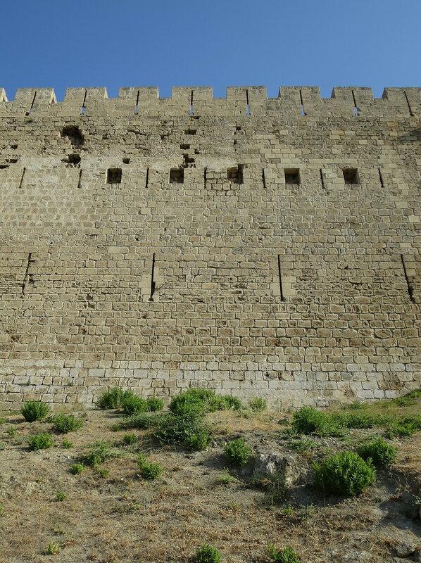 Два уровня бойниц северной стены
