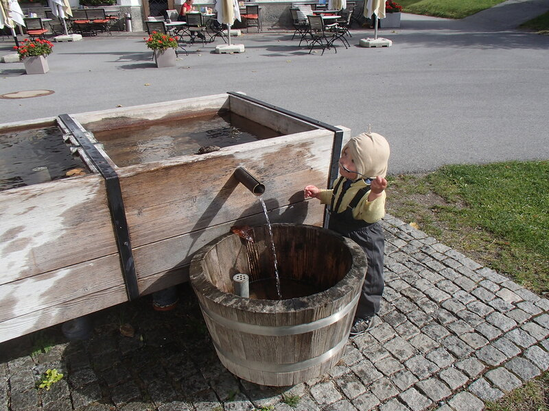 ребенок пьет воду ложкой