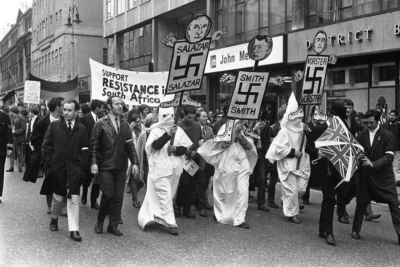 1968. 23 июня. Демонстрация движения против апартеида в Южной Африки. Участники  несут изображения Салазара, Смита и Форстера