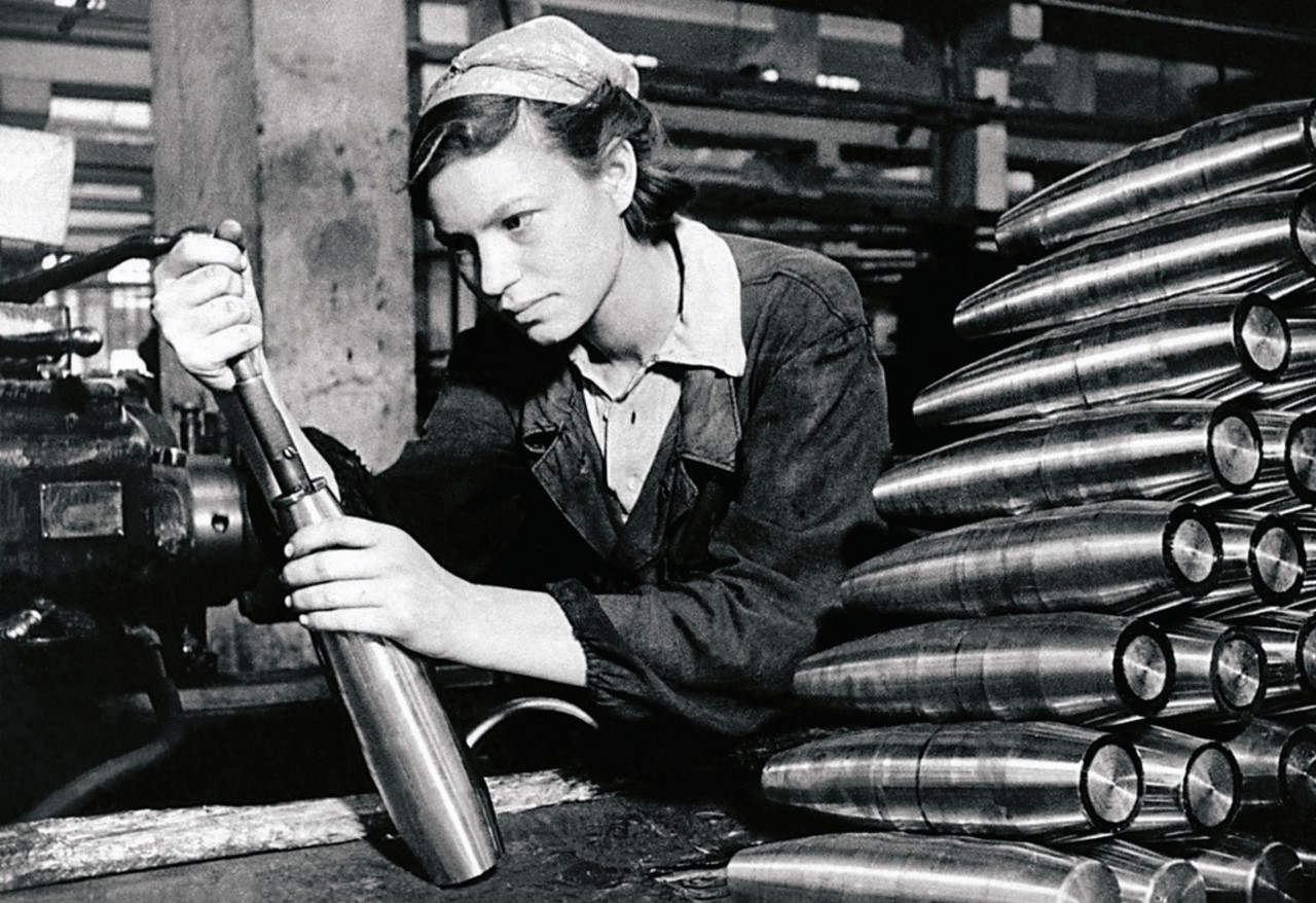 Челябинск. В цехе оборонного завода. Стахановка А. М. Маряшина за работой. 1941