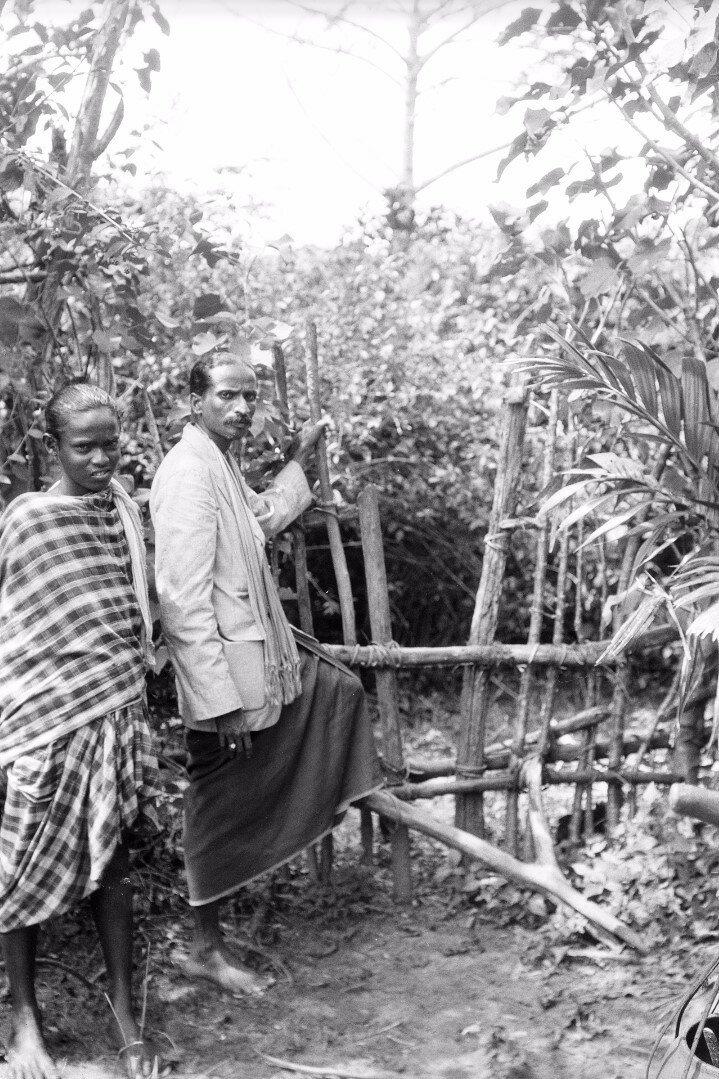 77. Двое мужчин возле деревянной калитки в Тимбири
