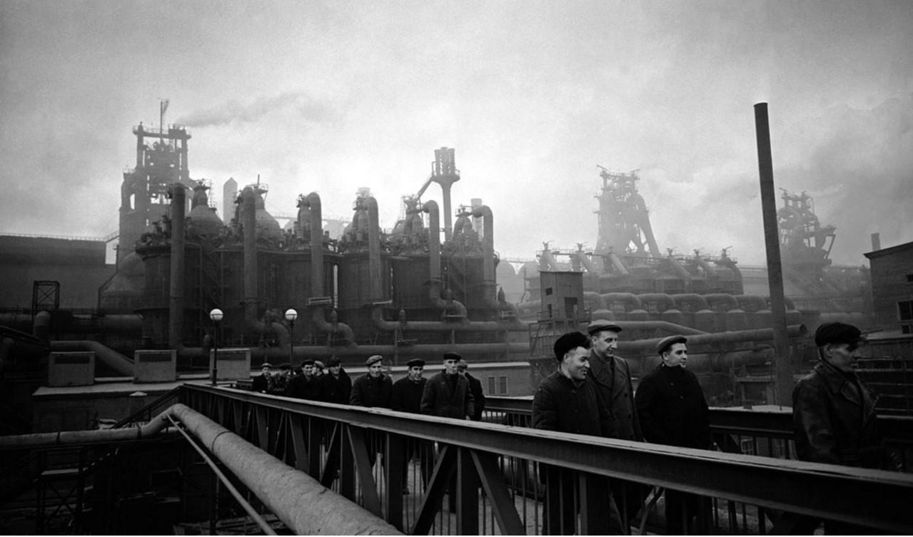 Магнитогорск. Металлургический комбинат. Рабочие после смены направляются домой (1957)