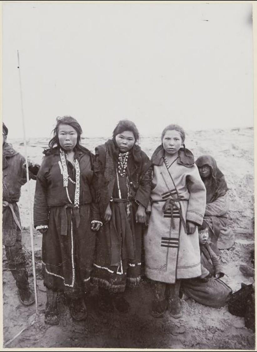Женщины хантов в зимних одеждах. Юган