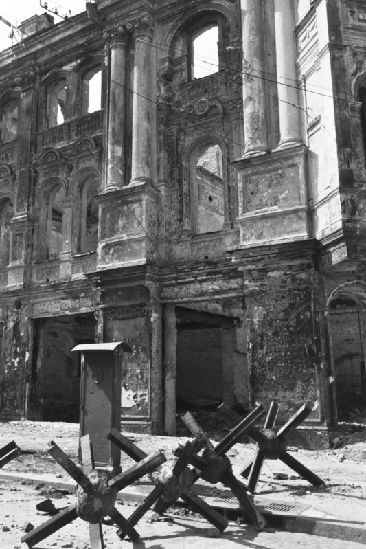 Противотанковые ежи у разрушенного здания на ул. Крещатик в оккупированном Киеве. 1942 год.