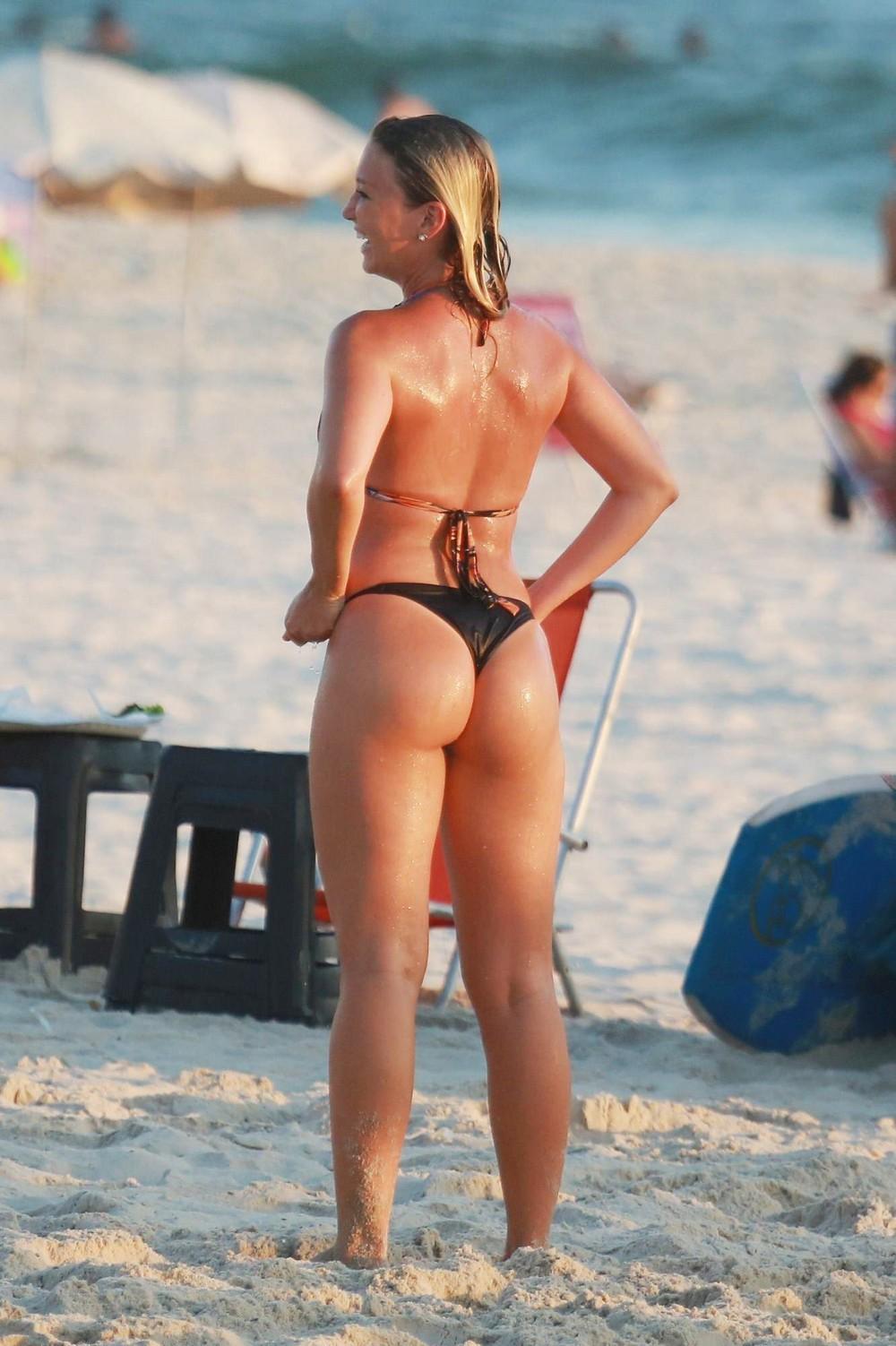 Видео жена голая на пляже думаю