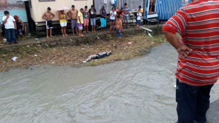 Дети купались в реке и нашли изуродованный труп