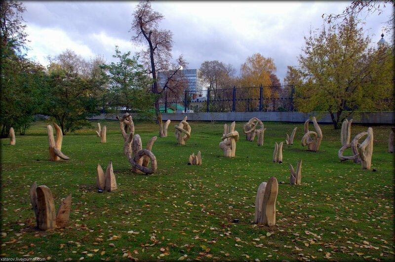Инсталляция Николая Полисского Signet в парке Горького в Москве