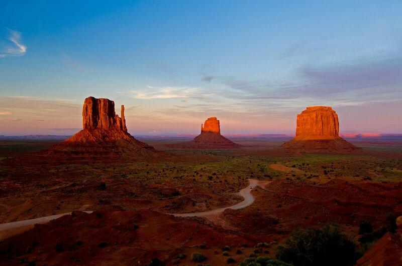 Долина монументов днем и ночью