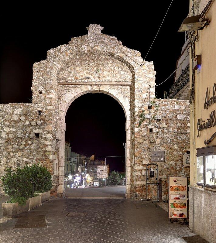 Ночная Таормина. Мессинские ворота (Porta Messina), HDR, extremal colors