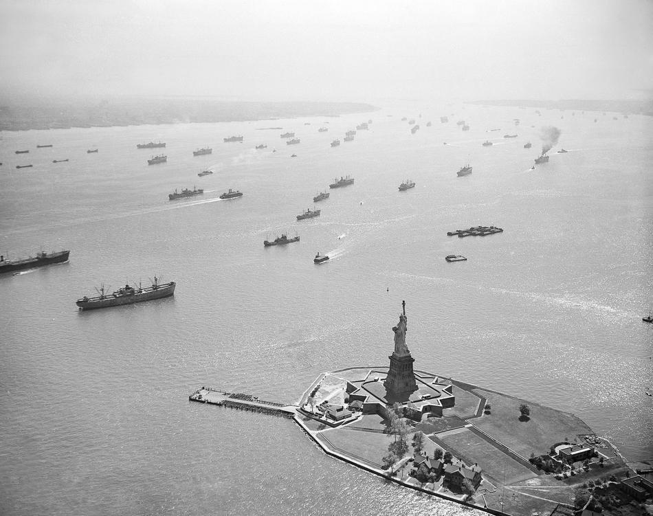 18. Торговые суда на якоре в гавани Нью-Йорка, 16 сентября 1946 года. Суда стоят на якоре из-за заба