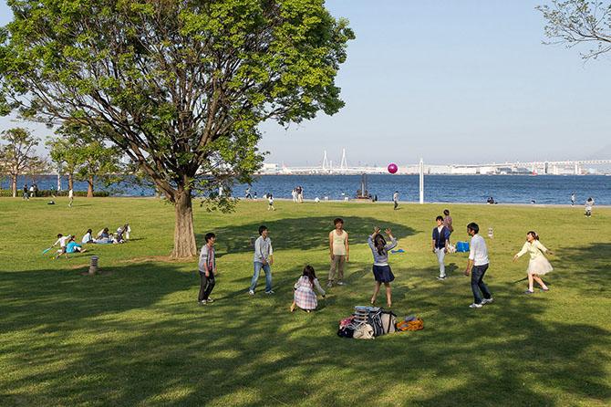 Это Harborside Park (Rinkai Park).Распложен рядом с портом Йокогама (Yokohama Harbor) в Токийск