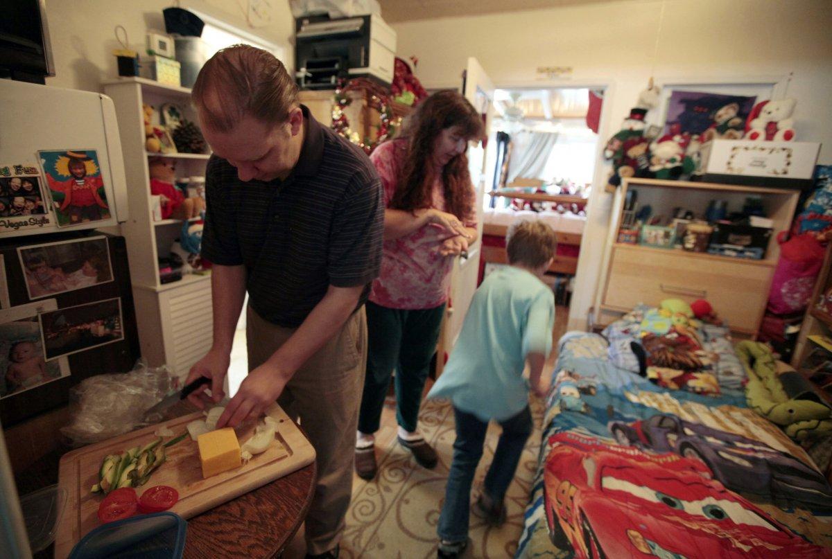 Семья Бергер из Лос-Анджелеса ютится в бывшем гараже матери жены. В 2009 году Бергеры лишились своег