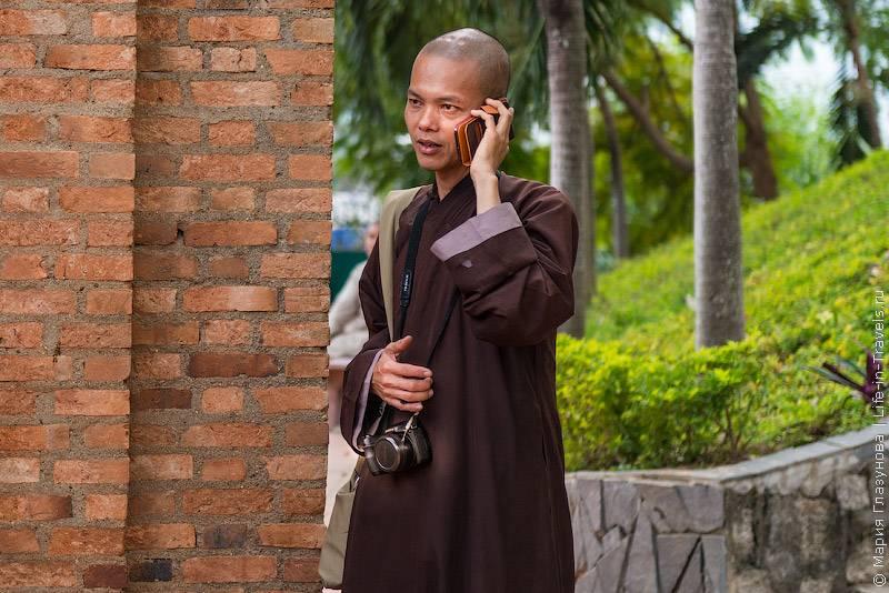 87. На улицах часто можно увидеть вьетнамцев , играющих в домино, шашки, карты или нарды