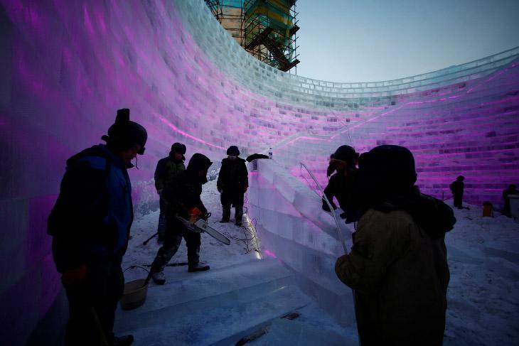 2. Тут всё по-серьезному, как на большой стройке работают высотные краны. Это было 16 декабря. (Фото