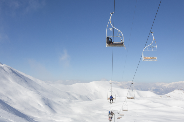 Лыжники поднимаются обратно на вершину склона в Точале на открытом подъемнике. Горы Альборз, 29 дека