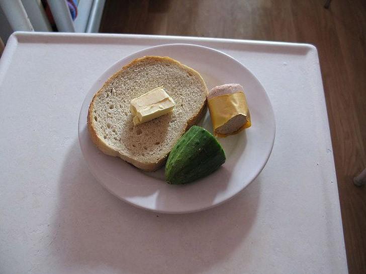 6. Польша: хлеб с маслом, огурец и ливерная колбаса.