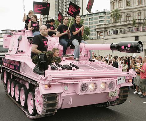 В 2007 году гей-бомба получила Шнобелевскую премию, которую вручают за сомнительные достижения в нау
