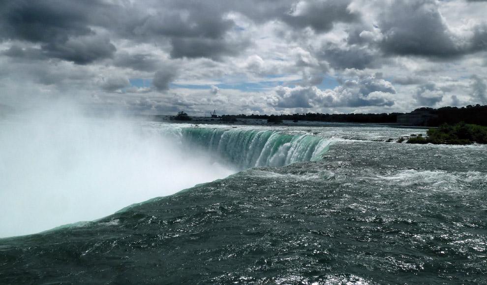 Ниагарский водопад — это три водопада: Американский водопад (с американской стороны), небольшой 20 м