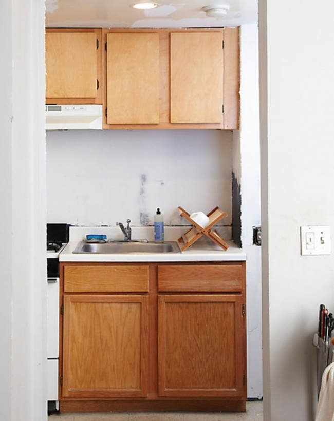 Даже самый старый кухонный гарнитур может получить вторую жизнь. Главное— правильно выбрать цветову