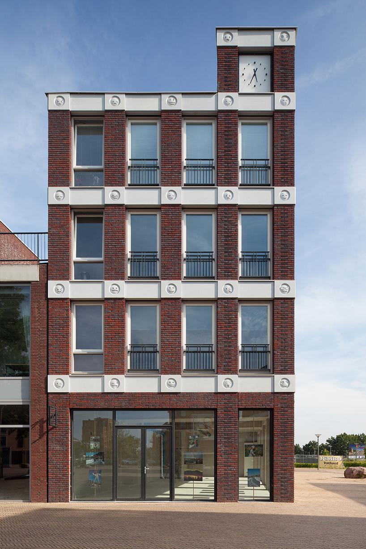 Здание со смайликами на фасаде в Голландии
