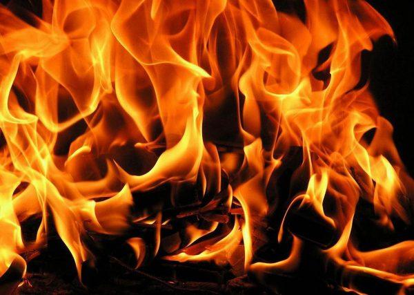 ВАстрахани мужчина с психологическими трудностями пытался сжечь три девятиэтажки