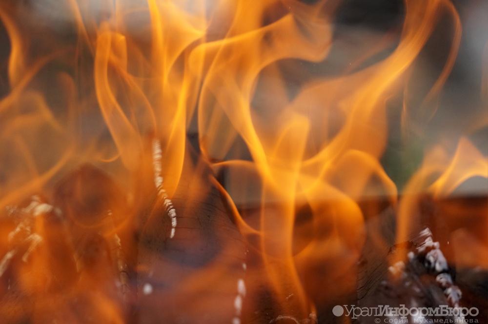 ВПыть-Яхе сверепый пожар: полыхает бокс соспецтехникой, пострадали два человека