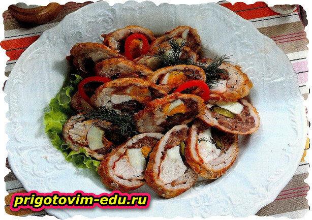 Рулада из свинины с куриным филе и яйцом