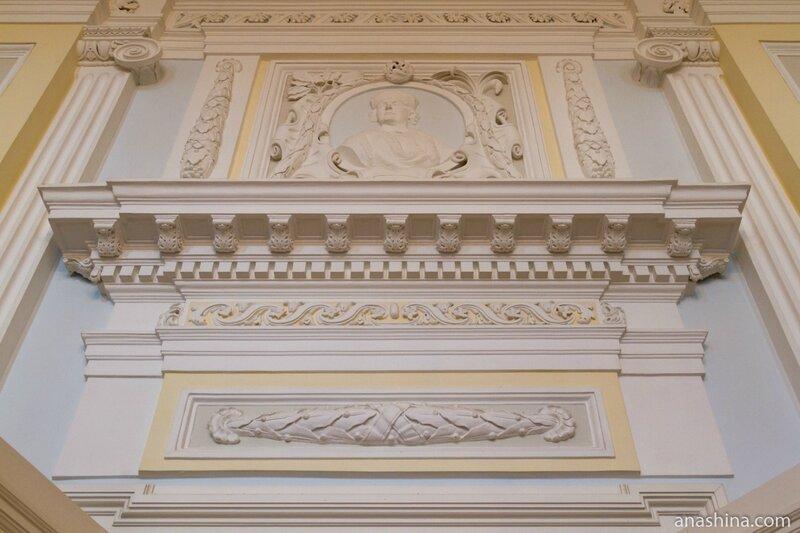 Барельеф над дверью, Петровский путевой дворец