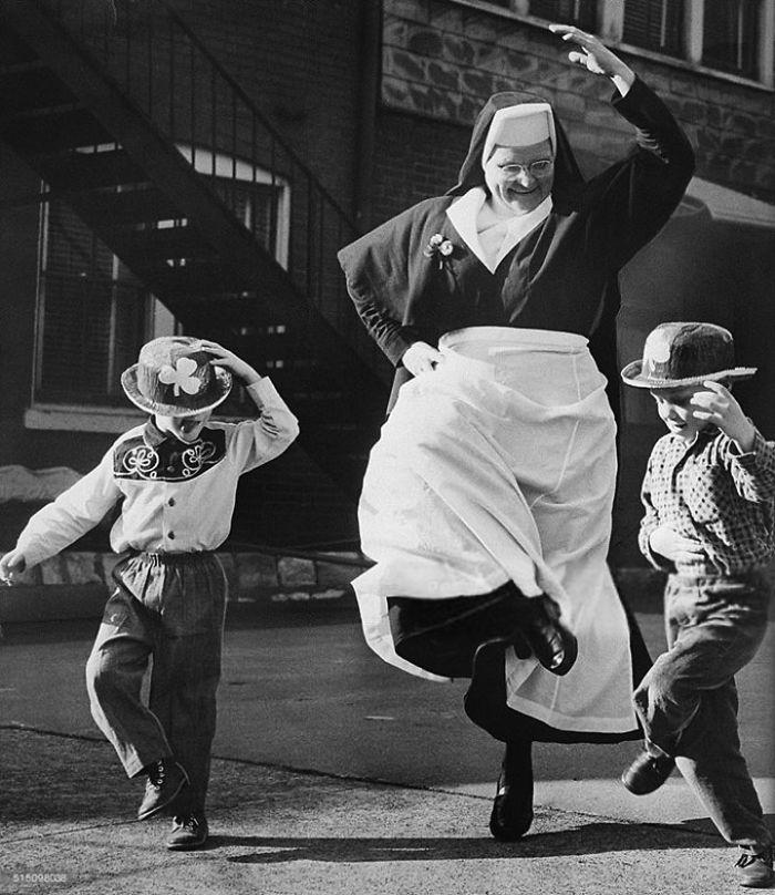 historical-children-playing-photography-58a44d032f9b5__700.jpg