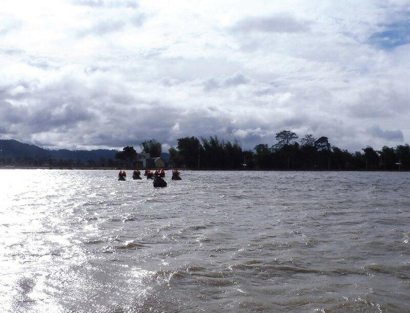 На слонах - по озеру!