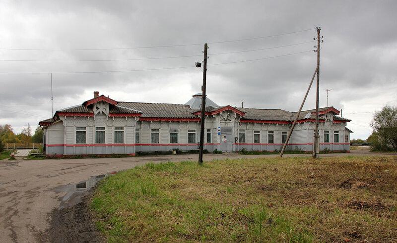 Здание вокзала станции Красный холм со стороны города