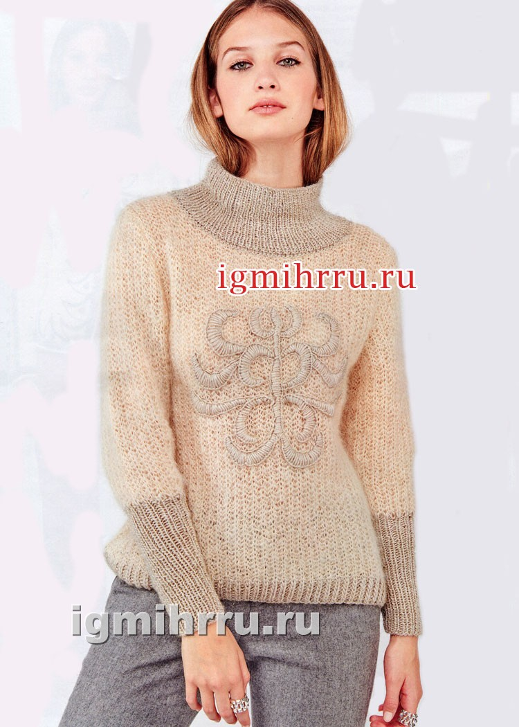 Кремовый пуловер с крупной вышивкой. Вязание спицами