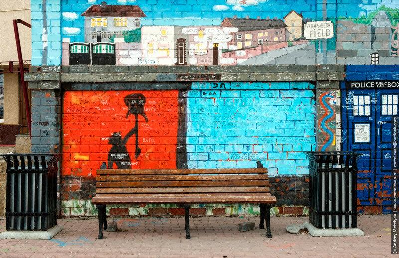 скамейка и стены в английском стиле