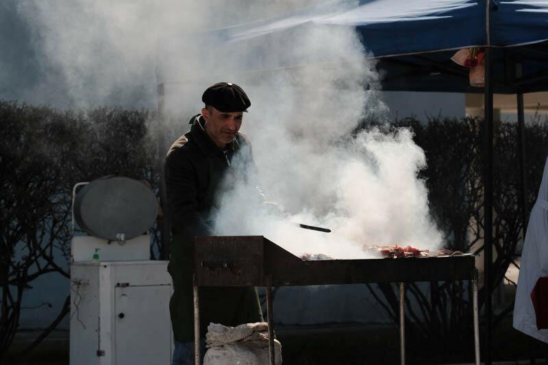 мужчина жарит шашлыки в дыму