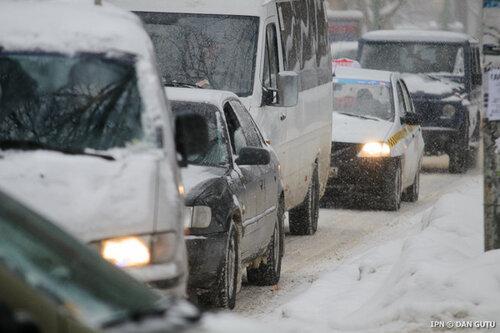 Обильные снегопады на юге Молдовы заблокировали несколько машин