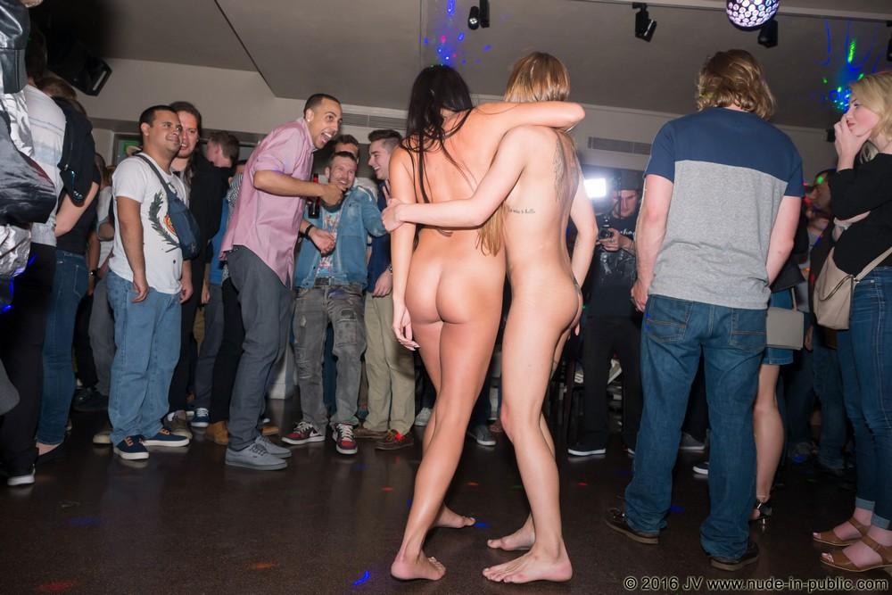Обнаженные Eveline и Silvia веселятся в баре