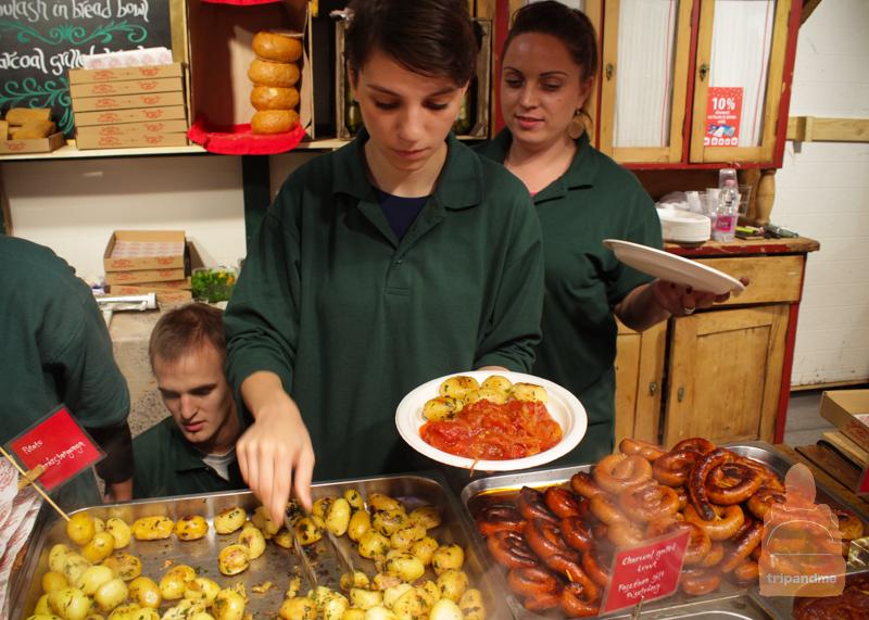 На ярмарке продаются блюда национальной кухни Венгрии
