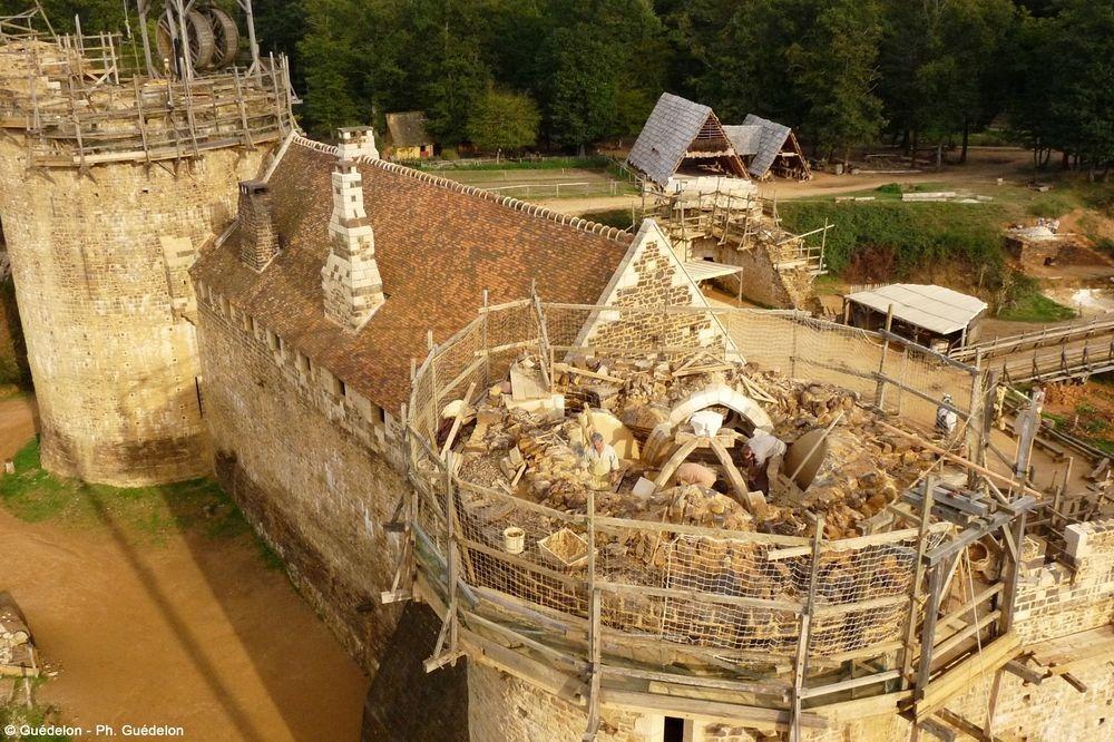 Замок уже достроен более чем наполовину. Уже готовы кровля главного зала, вестибюль и его настенная