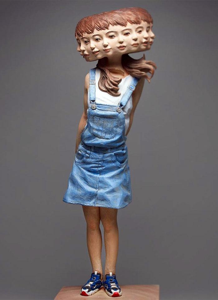 Работы Йошитоши Канемаки бывают разных размеров, от миниатюрных скульптур до манекенов в человечески