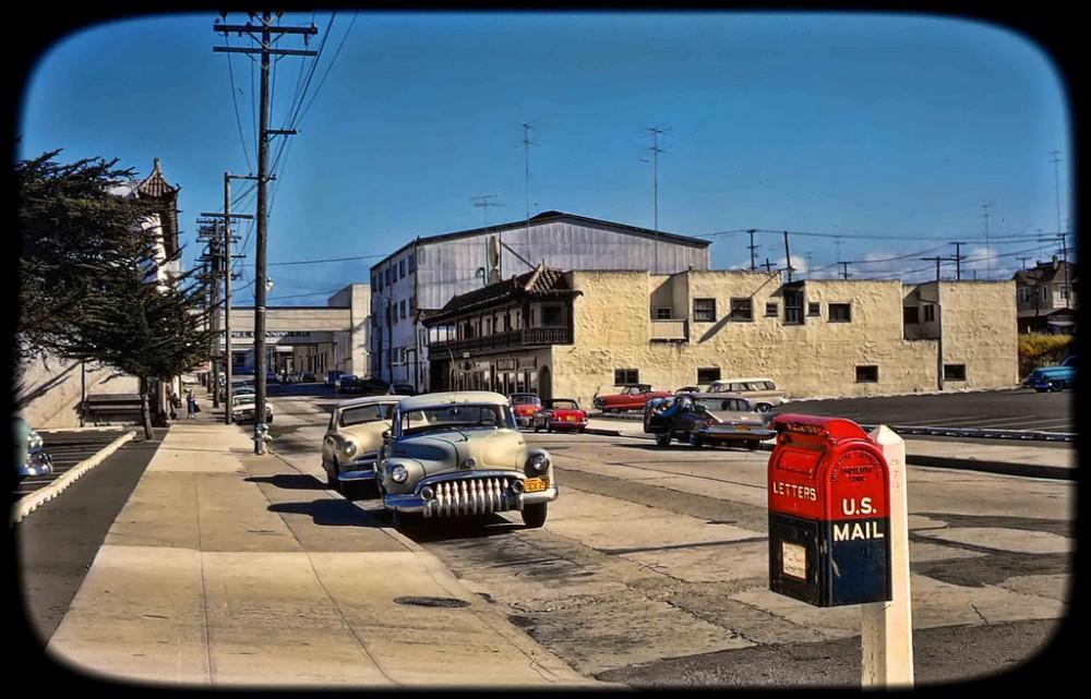 У входа в развлекательный парк Кнотс-Бэрри-Фарм, Калифорния, 1960 год.