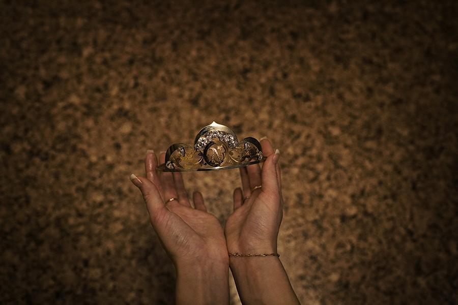 13. Инесса Юринская демонстрирует корону, которую она когда-то получила на конкурсе красоты.