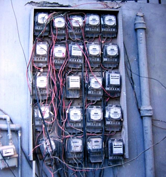 Полный комплект для тех, кому надоело жить: газовые и электрические счетчики рядом с канализационной