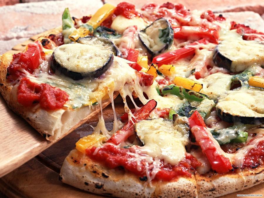 10. И, конечно, пицца - итальянское национальное блюдо в виде круглой открытой лепешки, покрытой в к