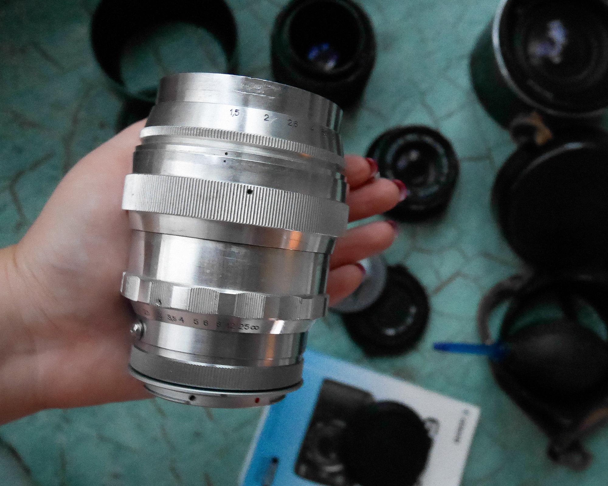 1. Вес стекла около 900 граммов, что затрудняет его установку на легкие камеры. Возникают проблемы с
